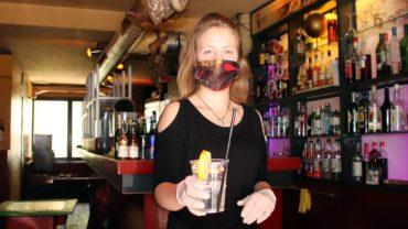 Fanny serviert Cocktails zum Mitnehmen.