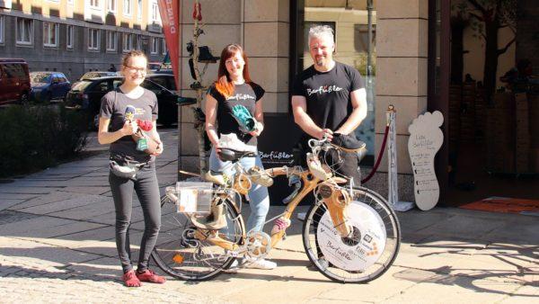 Das Team vom Barfüßler: Verkäuferinnen Christiane Casper und Chantal Amend mit Gründer Frank Trettin.