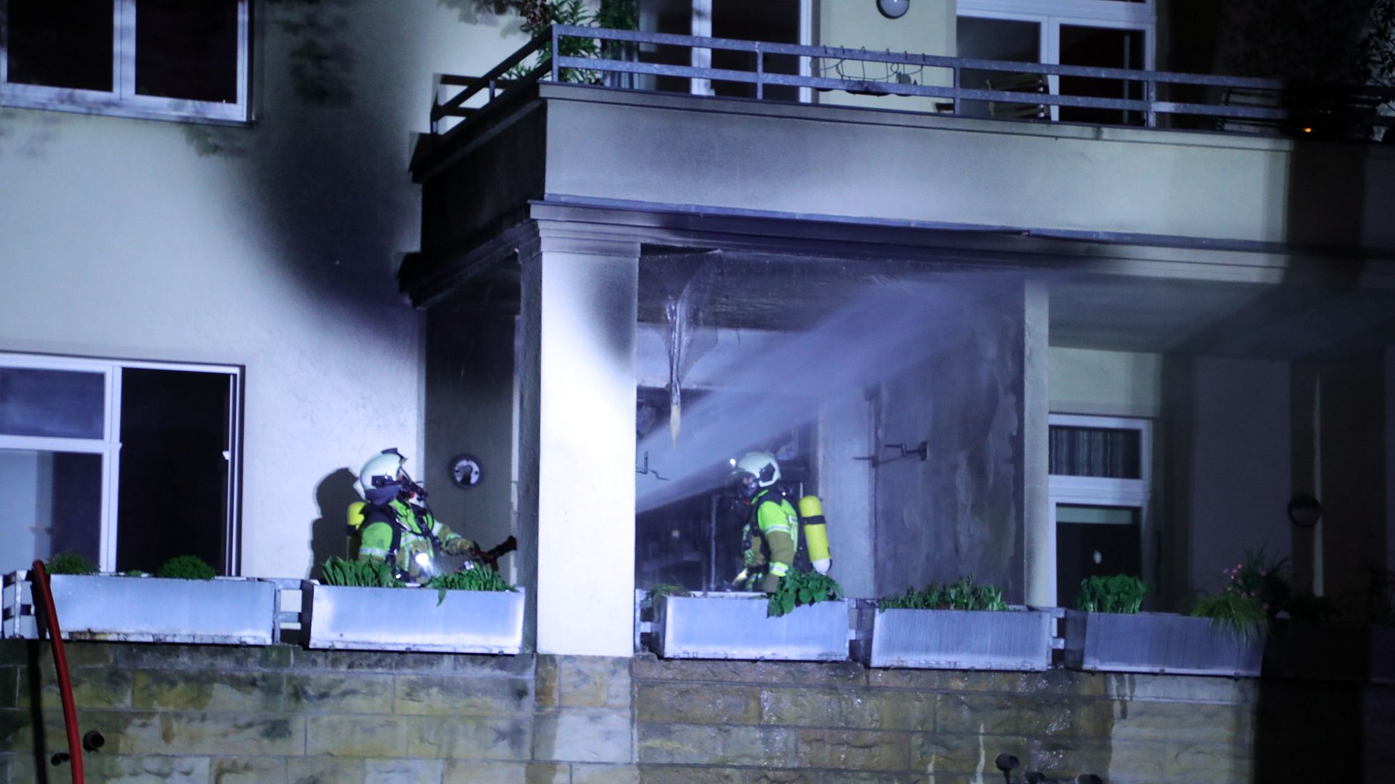 Balkonbrand gelöscht. Foto: Roland Halkasch