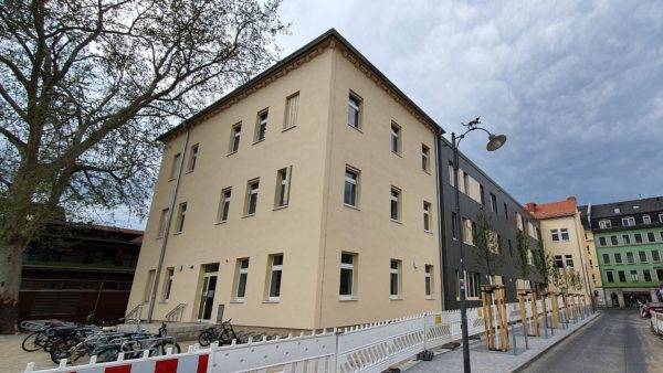 Der Flügel an der Seifhennersdorfer Straße hat jetzt ein paar Räume mehr und hier ist der neue Eingang. Foto: Anton Launer