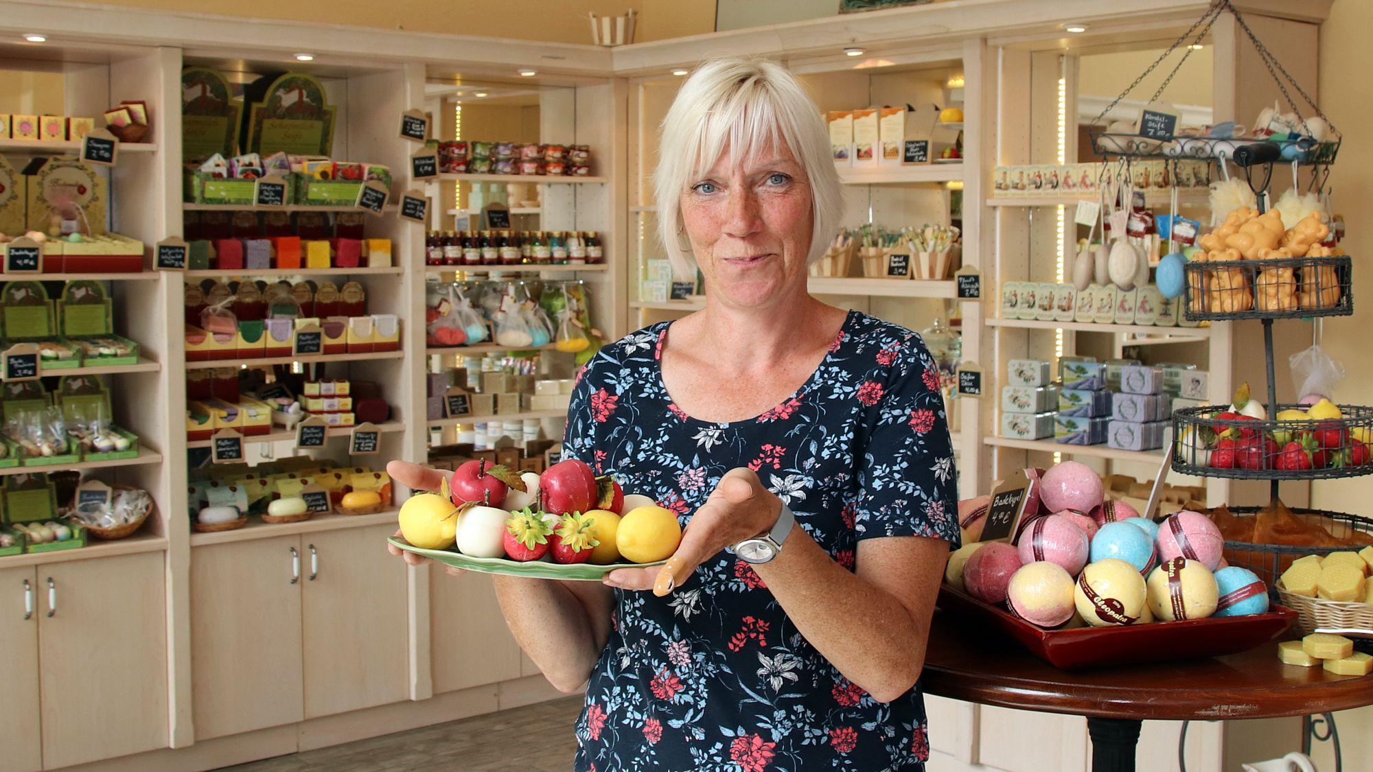 Annett Bungert mit frischen Früchten zum Einseifen.