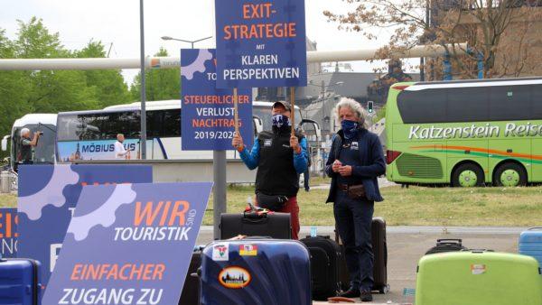 Frank Schulz demonstriert mit Ray Hartung, einem seiner Reiseleiter, vor dem Sächsischen Landtag