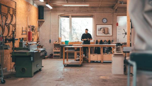 Der Tischler Dominique Donner in der Tischlerwerkstatt Foto: Alexander Fuhrmann