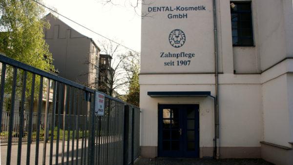 """Der Eingang zum Unternehmen """"Putzi""""."""