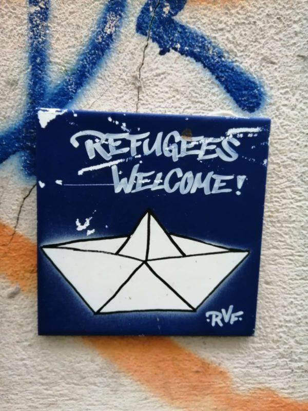 Refugees welcome! - der Spruch steht an vielen Hauswänden, irgendwie logisch, dass er auch auf einer Fliese auftaucht.