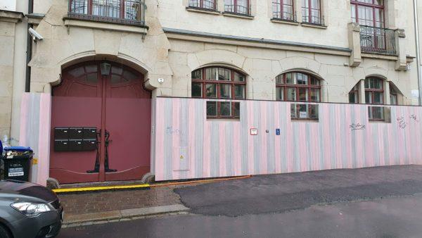 Seit September schützen die rosa-grauen Bretter das Haus vor wilden Sprühereien. Seitdem haben sich nur ein paar Tags an die Wand verirrt.