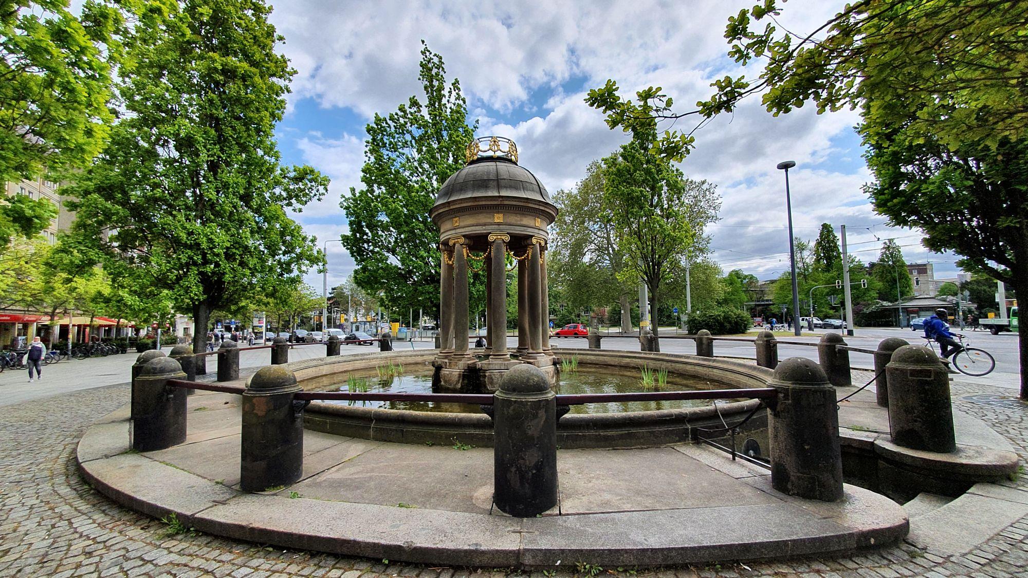 Die Tempietto über der Fontäne wurde 1991 erneuert und wurde seinerzeit vom legendären Stadtbaurat Hans Erlwein entworfen.