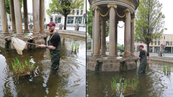 Eric T. beim Reinigen des Brunnens.