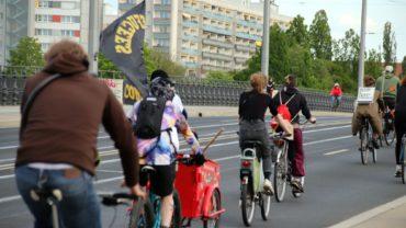Die Radfahrerinnen und Radfahrer überquerten die Albertbrücke.