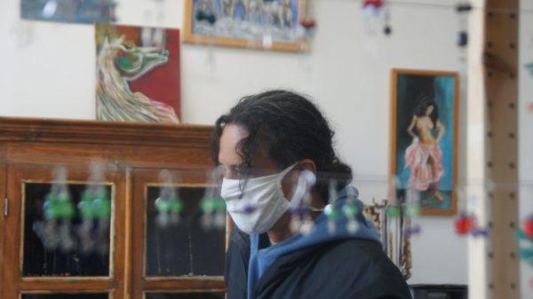 Ruben Dario Torres musiziert, malt und stellt Schmuck her.