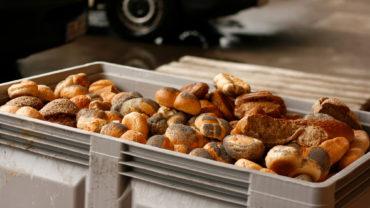 Die große Palette Brot und Brötchen wird an die Tiere verfüttert.