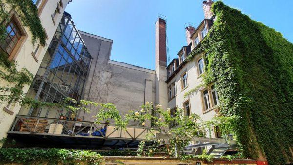 Das Metallgerüst steht noch immer vor dem Hinterhaus. Der Vermieter sagt, es sei eine genehmigungsfreie Rankhilfe (Pergola). Den Mietern hatte er mitgeteilt, dass Balkons errichtet werden sollen.