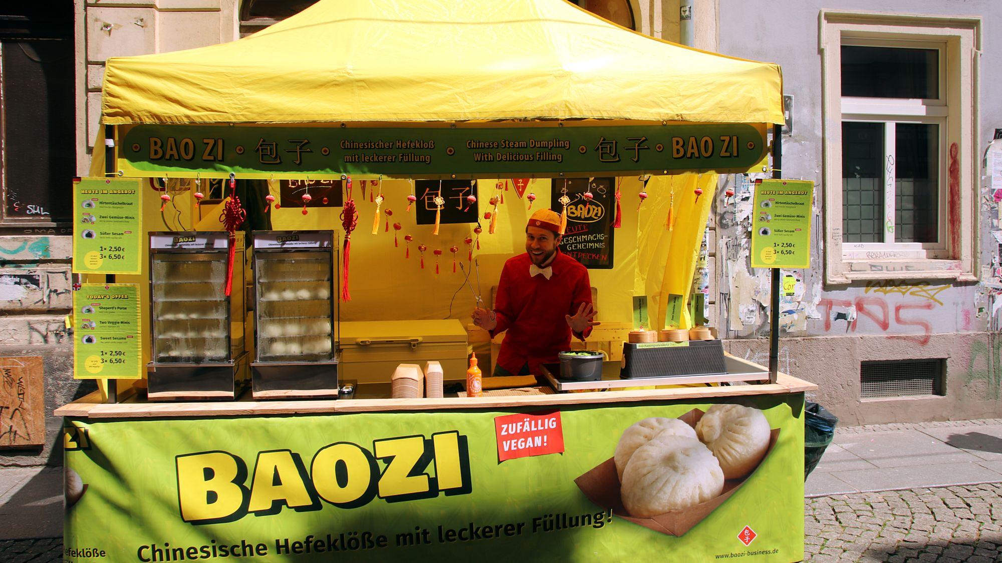 Christian Münch verkauft Hefeklöße auf der Böhmischen Straße