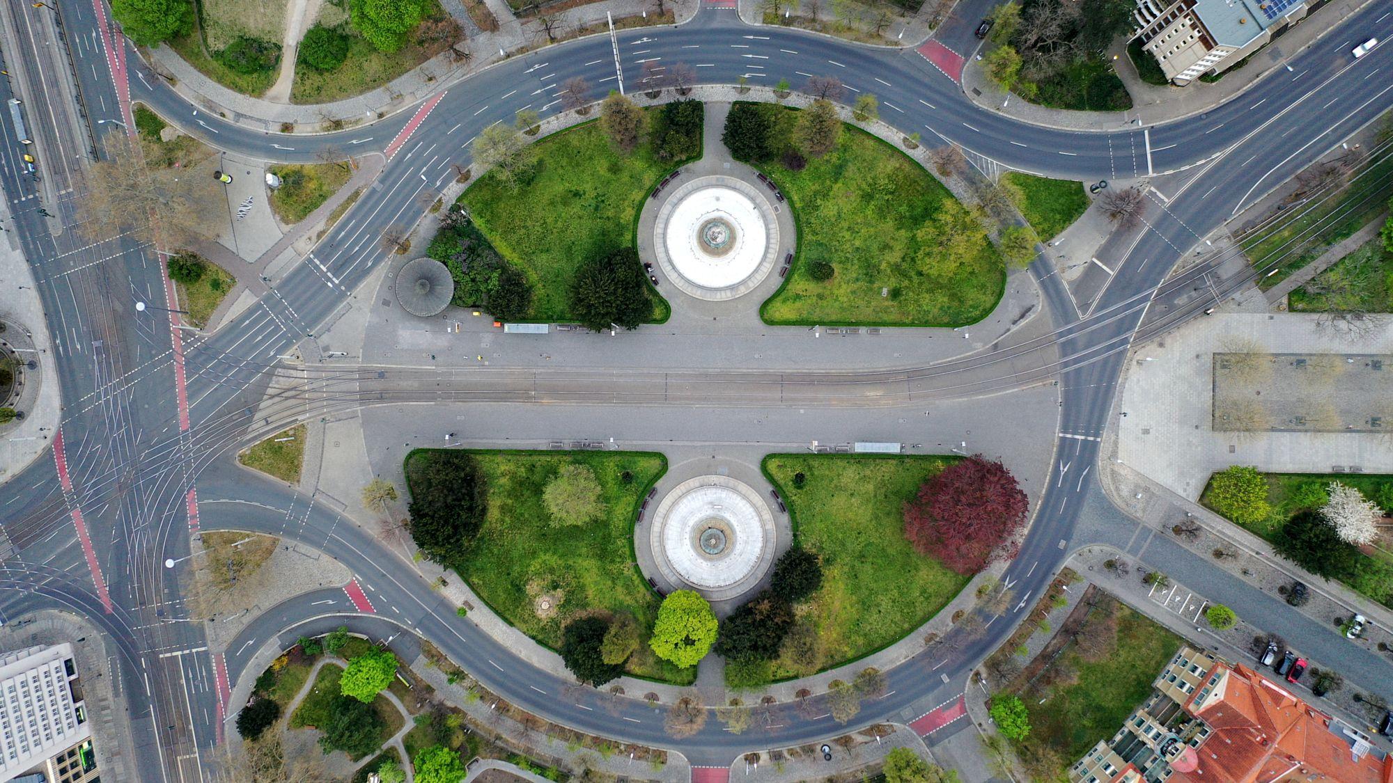 Die westliche Seite des Albertplatzes (im Bild unten) bleibt bis zur Königstraße gleich, im Osten wird eine Fahrspur zum Radstreifen. Foto: Rotationer CR aus Dresden