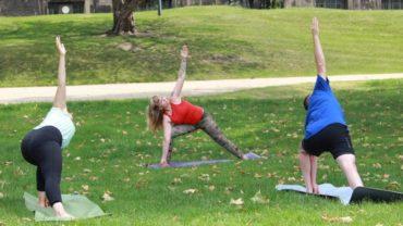 Yoga-Lehrerin Mandy Frauenlob mit ihren Schülern
