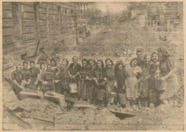 Trümmerfrauen in Dresden. Beschriftung seinerzeit: Die lustigen 19 vor Beginn der Arbeit. Foto: Tageszeitung/Gössel