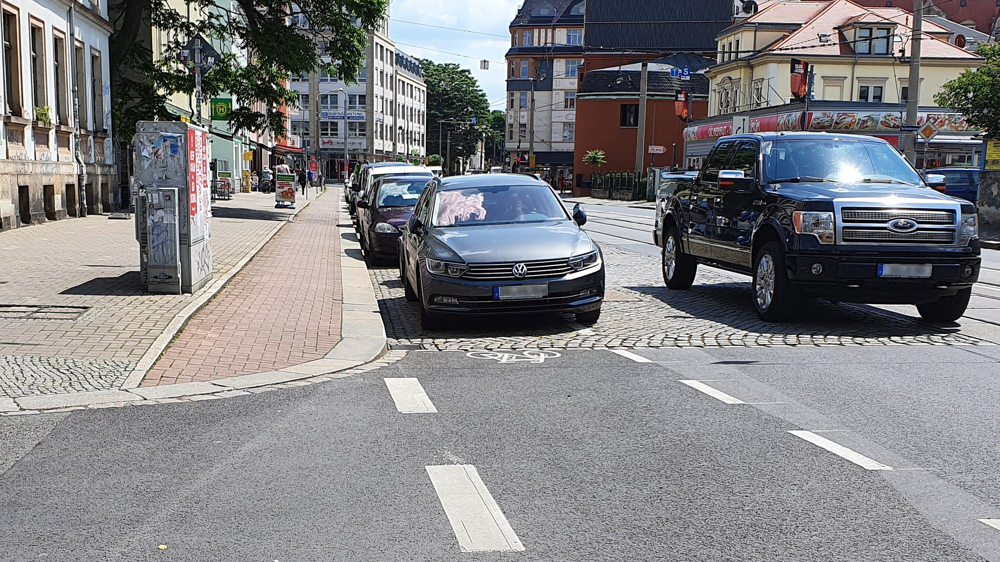 Links Fußweg in Radweg-Optik, rechts Radweg in Parkplatzoptik