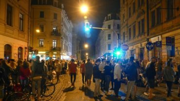 Die schiefe Ecke, auch als Krawalle, soziale Ecke, Assi-Eck oder Musikhaus-Lounge bekannt, kurz vor Mitternacht.