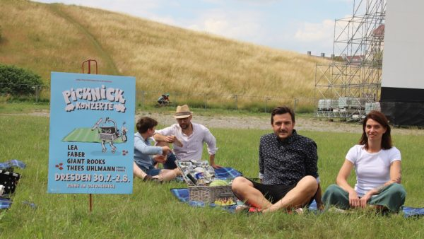 Picknickt schonmal zur Probe - Oberlandstreicher Martin Vejmelka mit Pressesprecherin Laura Pfeiffer.