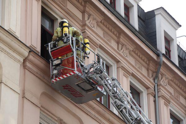 Feuerwehr im Einsatz auf der Hoyerswerdaer StraßeBrand in der Hoyerswerdaer Straße - Foto: Roland Halkasch