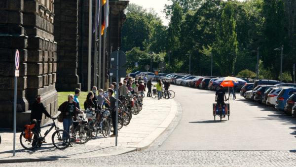An die 70 Radfahrer*innen umstellten die Staatskanzlei.
