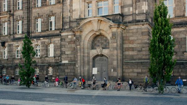Mit 1,5m Abstand und Maske klingelten die Radfahrer*innen gegen eine Abwrackprämie