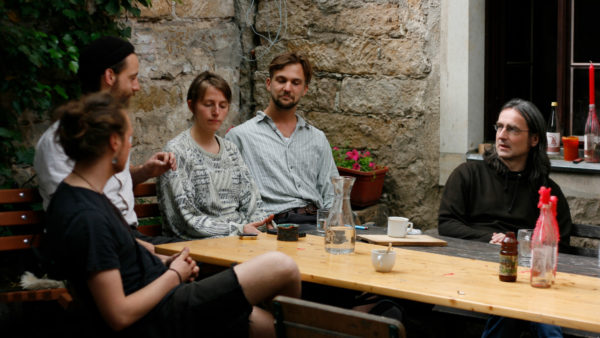 Gemeinsam teilen sich Paul, Jan, Lena, Anton und Uwe mit sechs anderen Menschen die Verantwortung für das Hausprojekt Schwarzes Schaf.