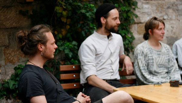 Paul, Jan und Lena im Hinterhof des Hausprojekts.