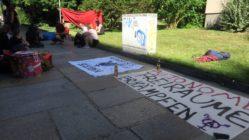 Demonstration vor dem Amtsgericht. Etwa 20 Sympathisant*innen hatten sich versammelt.