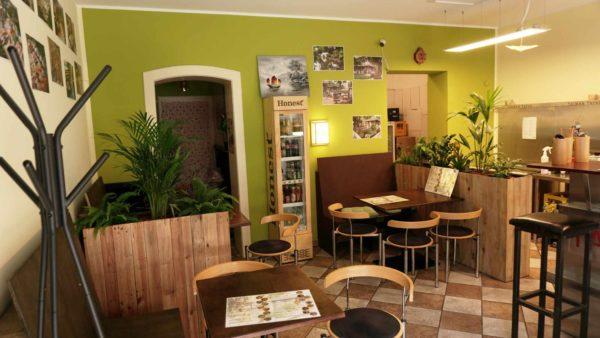Der Innenraum des Restaurants ist mit Fotos aus Taiwan geschmückt.