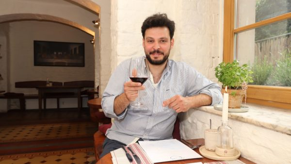 Eduardo Palomba im Kellergewölbe des Stadtteilhauses. Hier finden die Pop-Up-Dinner statt.