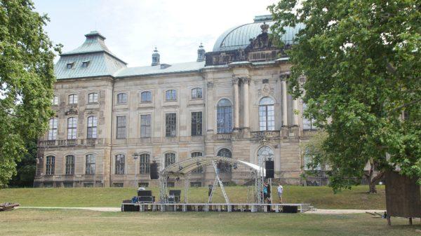 Der Aufbau läuft. Am 17. Juli startet der Palais Sommer.