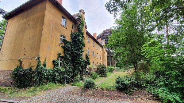 Die Gebäude an der Stauffenbergallee sind zwar ziemlich desolat, aber zu großen Teilen noch bewohnt.
