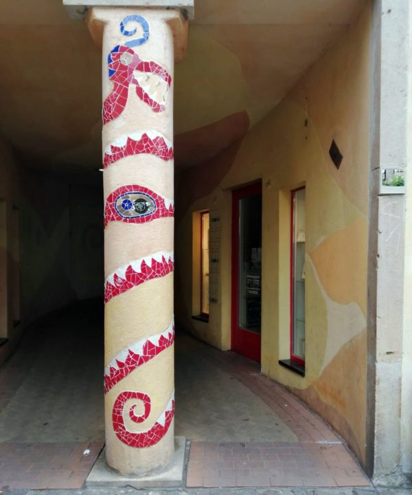 Kunst-Säule und Kunst-Fliese