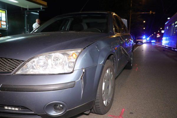 Am Fahrzeug sind die Spuren des Unfalls zu sehen. Foto: Roland Halkasch