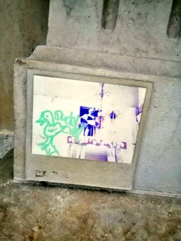Fliese mit Streetartmotiv