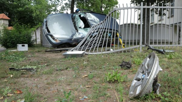 Der Wagen war in einer Kurve von der Fahrbahn abgekommen. Foto: Roland Halkasch