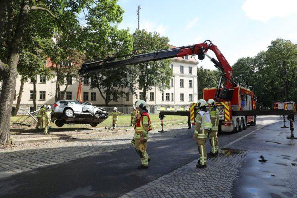 Mit einem Kran wurde das Auto von der Feuerwehr geborgen: Foto: Roland Halkasch