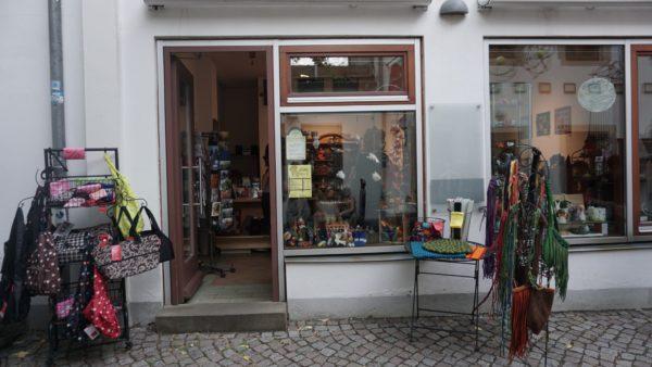 Die Ladengalerie von außen - das Schild mit dem Logo ist noch in Arbeit.
