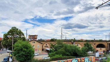 Zwischen Bahndamm und Eschenstraße will die Bahn jetzt ein Grundstück verkaufen.