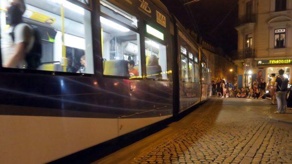 Kurz nach halb Elf fuhr die letzte Bahn über die schiefe Ecke.