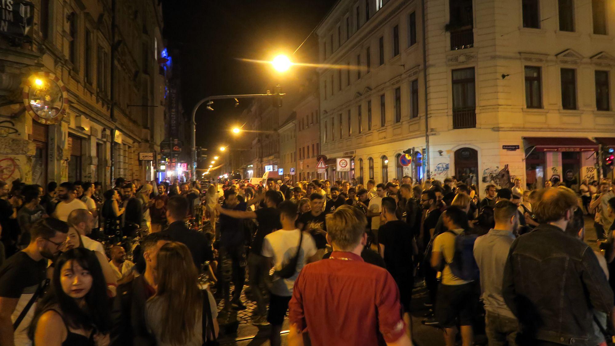 Menschenmenge an der Schiefen Ecke.