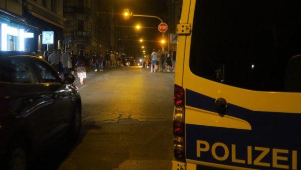 Die Polizei sichert die Kreuzung bis weit nach Mitternacht.