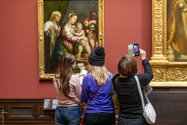 """Besucherinnen zur Wiedereröffnung der """"Alten Meister"""" - Foto: David Pinzer"""