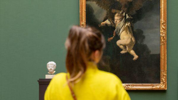 Mitarbeiterin betrachtet Ganymed und Kopf de Keyser im Niederländerraum - Foto: David Pinzer