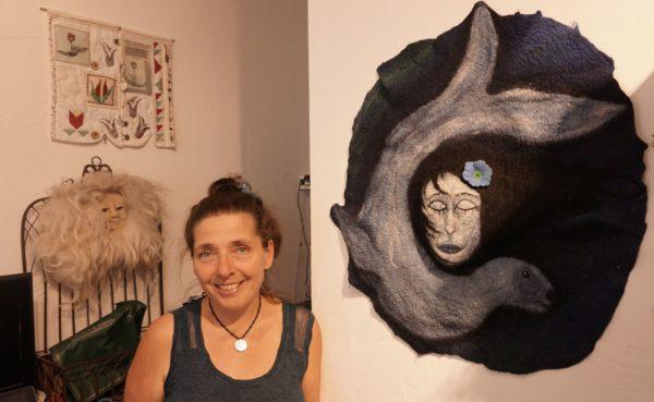 Die frisch gebackene LadenbetreiberinUta W. Riad ist nicht nur Ladenbesitzerin, sondern auch Künstlerin. Eins ihrer Werke ist rechts neben ihr zu sehen.