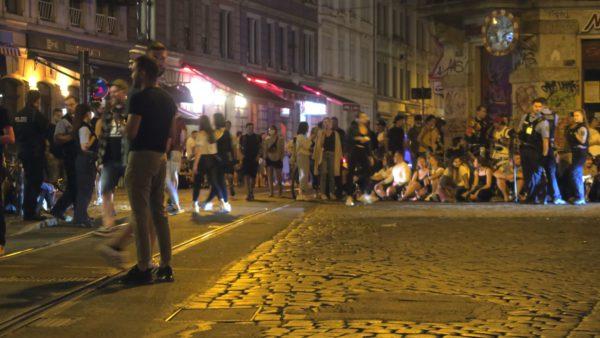 Bis ca. 23 Uhr versuchen die Polizisten die Kreuzung frei zu halten.
