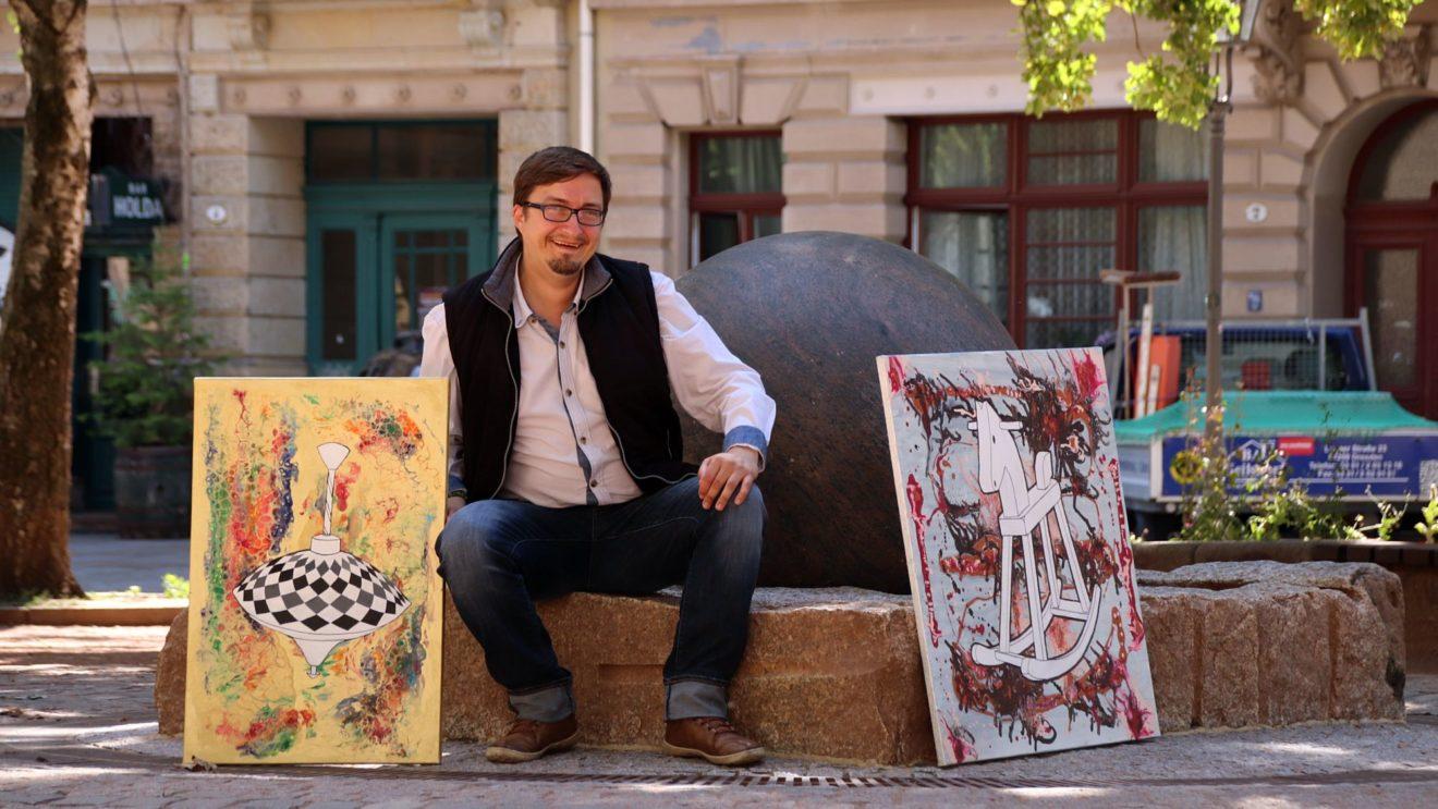 Jörg Stößer mit zwei seiner Kunstwerke am Kugelbrunnen.