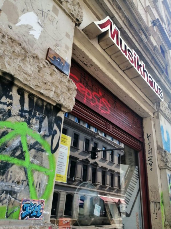 Fliese neben Musikhaus-Schaufenster