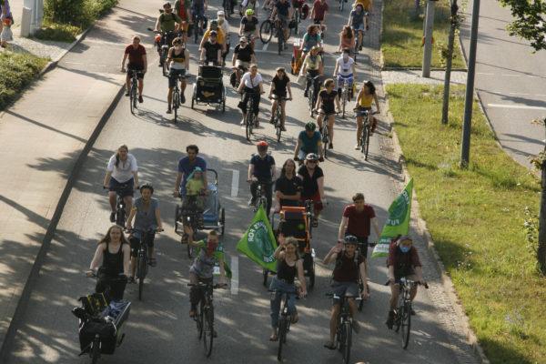 Zahlreiche Radfahrer*innen protestieren am freitag für mehr ÖPNV und besseren Radverkehr